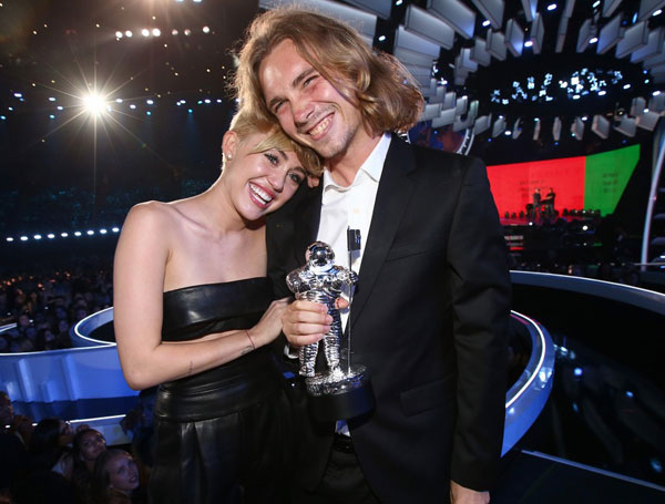 Miley Uses Grab-ass Awards Show To Bring The Real Talk About Homeless Youth In The US